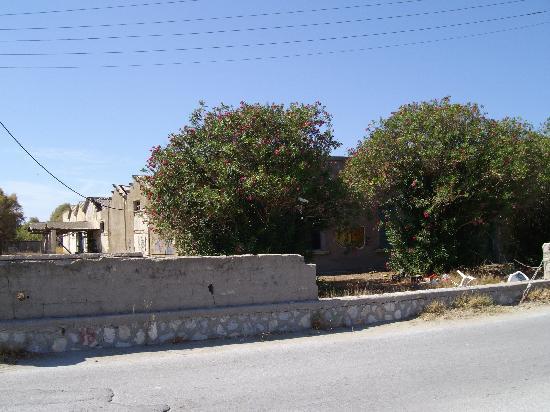 Sophia Beach Aparthotel : Derelict Building