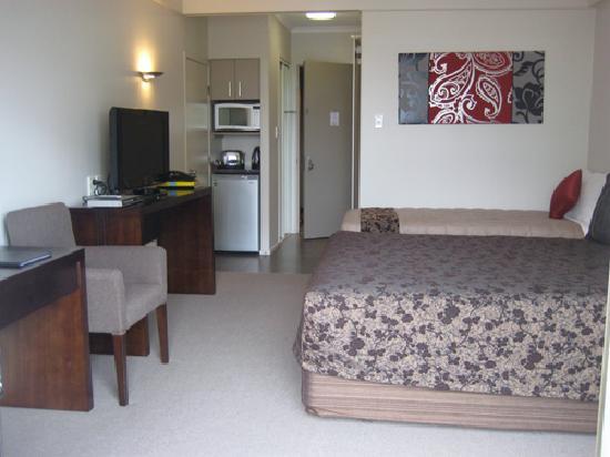 Apollo Hotel Rotorua: bedroom from balcony