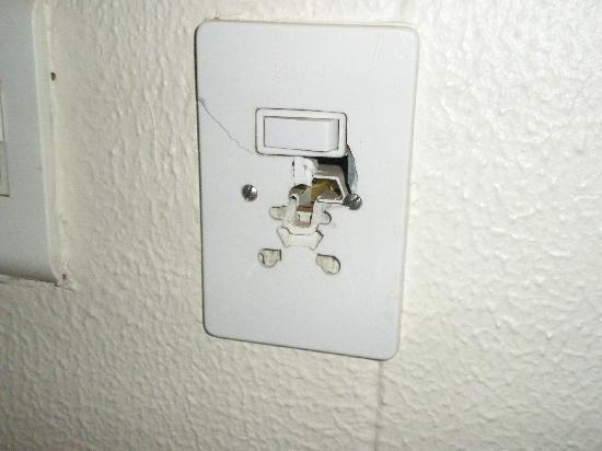 Holiday Inn Johannesburg Airport: dangerous power outlet in room