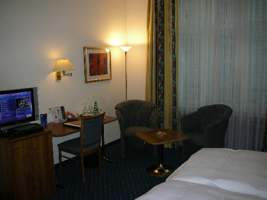 Hotel Opera Zurich: Other side of room