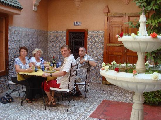 RIAD DAR KAOTAR : Déjeuner dans le pation
