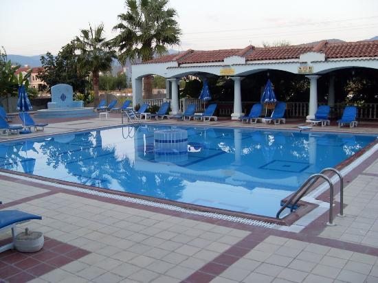 Oykun Otel: Smaller Pool