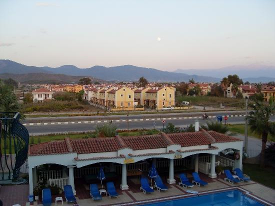 Oykun Hotel: Noisy Road