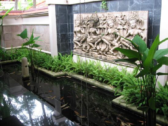 Spa pool villa table photo de banyan tree phuket for Koi pond pool table