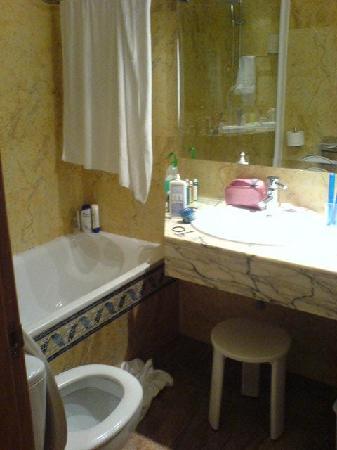 Vanity Hotel Golf: The Bathroom