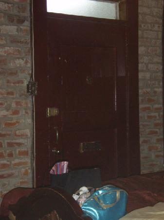 Bohemian Armadillo Guesthouse: Door beside bed