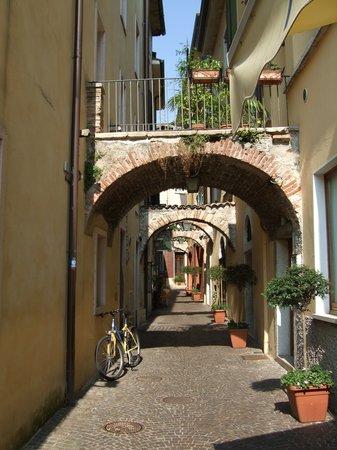 Garda, إيطاليا: Calle dei Sottoportici, Garda