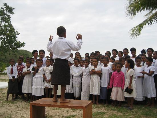 Navutu Stars Fiji Hotel & Resort: Sunday school kids singing