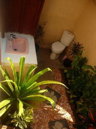 Edy Homestay: outside bathroom
