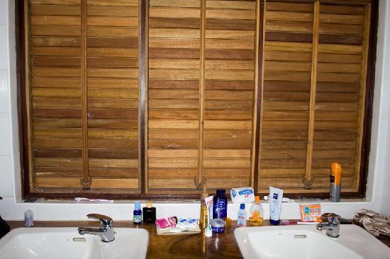 Leyte Park Resort Hotel: Leyte Park Hotel, Suprime Cottage, Bath Room, missing mirror