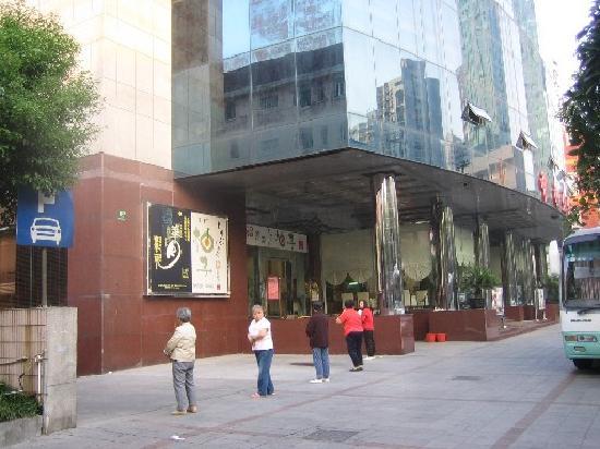 Zhongdian Hotel: 朝、ホテル前では太極拳。