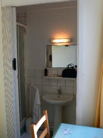 Hotel Le Normandie: Small Bathroom Room 16