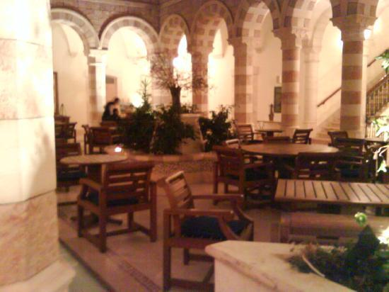 Jacir Palace Hotel Bethlehem : The courtyard dining area.