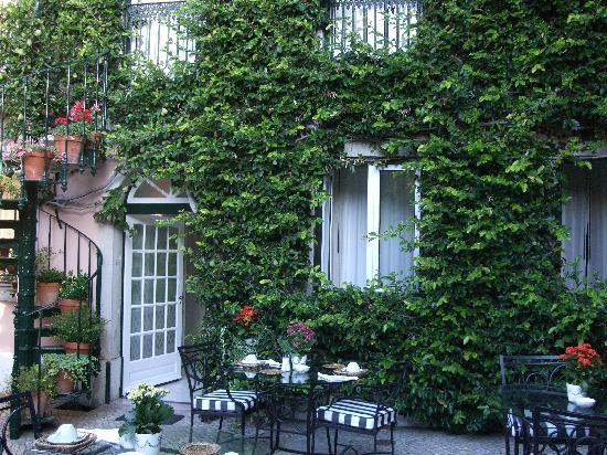 آز جانيلاس فيرديز: Courtyard for breakfast or evening