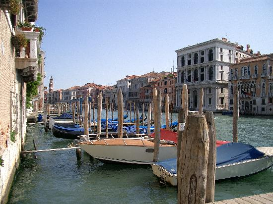 Arco Antico Guest House: End of hotel alleyway Grande canal view