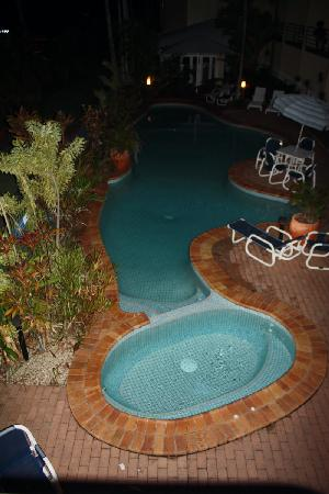 Tropical Queenslander Cairns Holiday Studio & Apartment: swimming pool by night