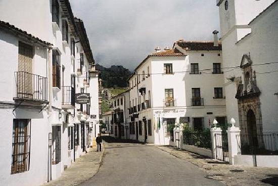 Hotel Puerta de la Villa: the hotel - on the right beyond the church