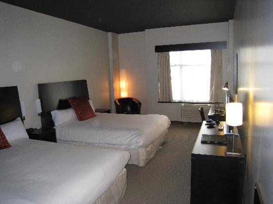 Grand Times Hotel - Quebec City Airport: The ground-level 2 x queen bed room