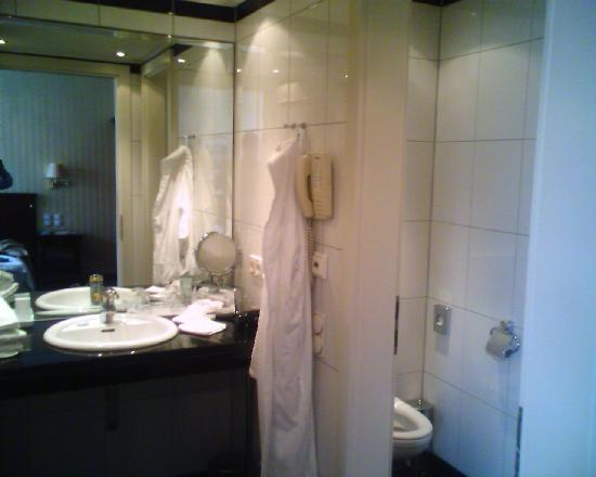 Hotel Ambassador: bathroom