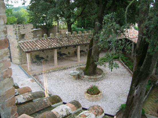 Castello di Monterone: Cortile esterno
