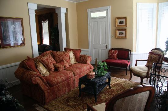Trenthouse Inn Bed and Breakfast: Living room