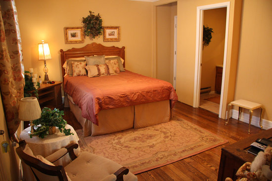 Trenthouse Inn Bed and Breakfast: Gold room (& private bath)