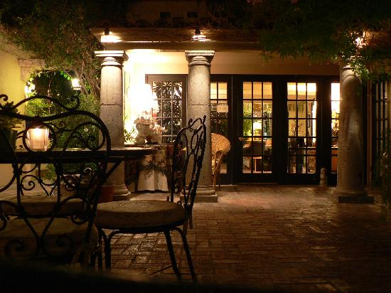 Villa Royale Inn: Toward the office at night