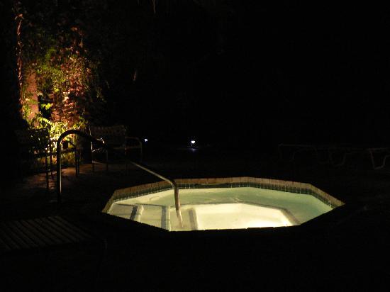 Villa Royale Inn: jacuzzi at night