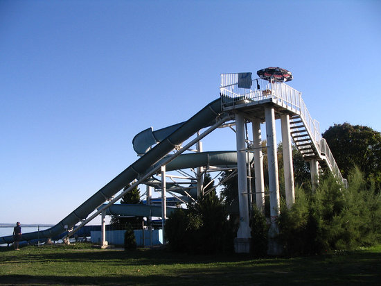 Keszthely, Ungern: 2 amazing slides that go right into the lake