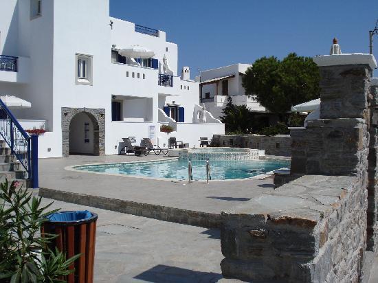 Liana Hotel : Enjoying the pool