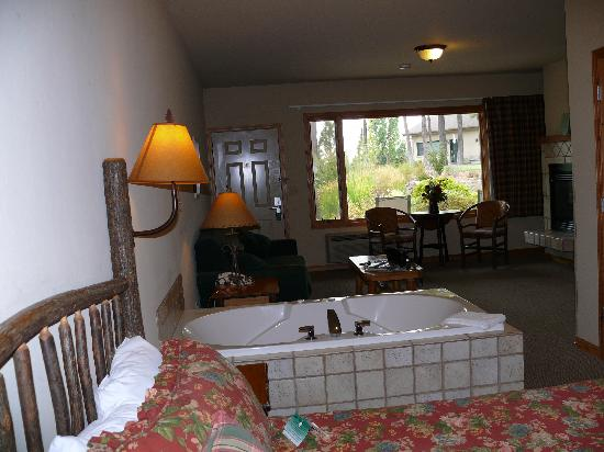 Bigfork Mountain Lake Lodge: Suite con jacuzzi