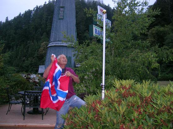 Ravenwood Motel: the norwegian flag is being raised by one of the two friendly owners