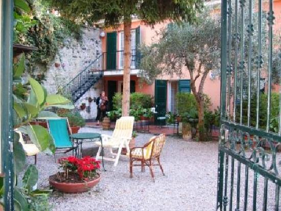 Villa Clelia Bed and Breakfast: Villa Clelia Courtyard