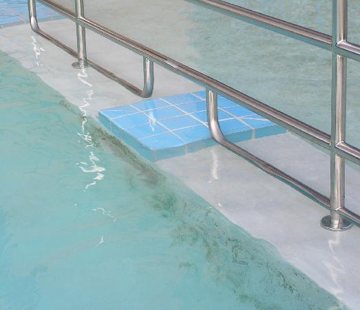 PARKVIEW INN & SUITES: Scum growing in outdoor pool