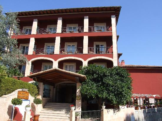 Hotel Cala Sant Vicenc: The front