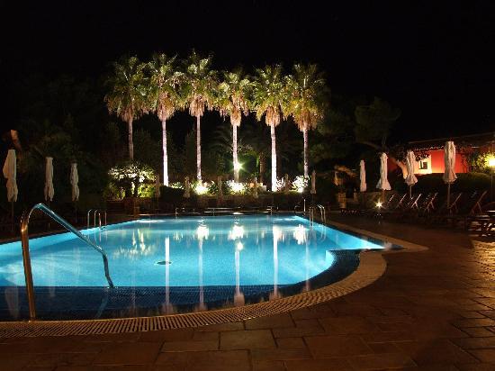 Hotel Cala Sant Vicenc: The pool at night