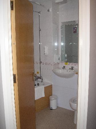 Premier Inn Portsmouth: bathroom of room 61 on 26.10.2008