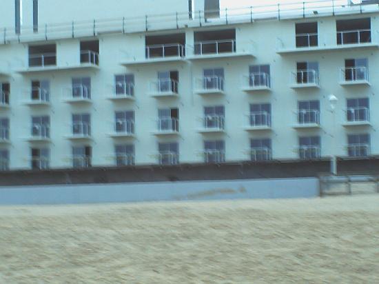 كورت يارد أوشن سيتي أوشنفرونت: New Marriott, taken from beach.  Apears to be nearly finished