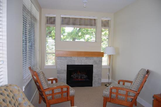 Cove Lakeside Resort: The living room