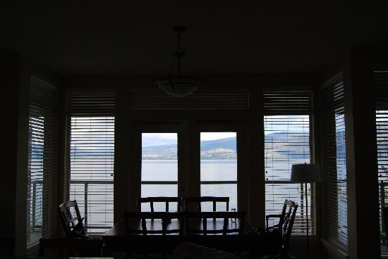 Cove Lakeside Resort: The dining table looking out onto the lake