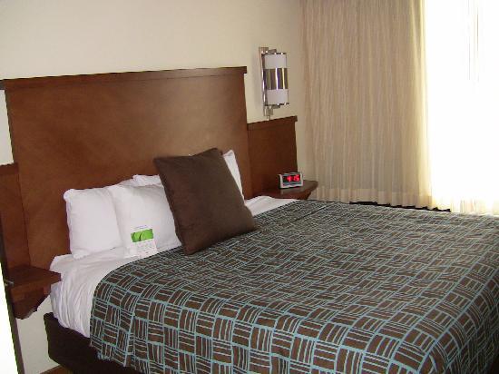 Hyatt Place Nashville/Opryland: The king size bed