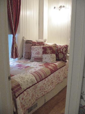 Eighteen Waterloo: single bed