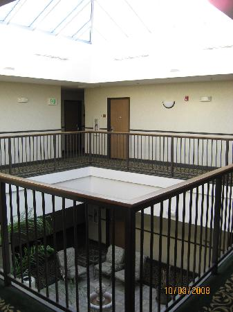 Comfort Inn & Suites San Francisco Airport WEST: interior atrium