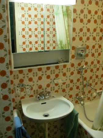 Hotel Rhodania : Rm 28 Bathroom