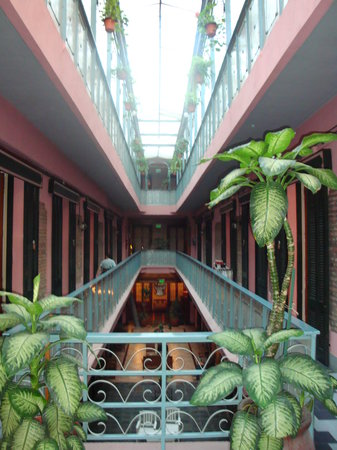 Gran Hotel Hispano: The 3 story galery which is the hotel