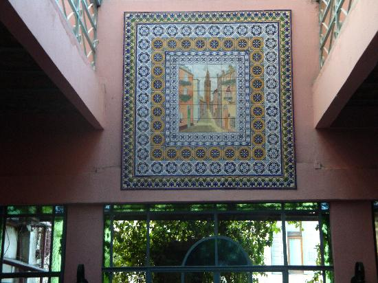 Gran Hotel Hispano: Nice tiling at the end of the galery