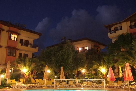 Raga Aparthotel: Raga Hotel Apartments at dusk
