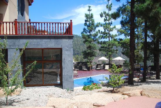 Vilaflor, إسبانيا: La parte descubierta de la piscina y jardín
