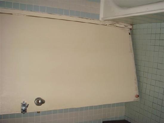 Lone Pine Hotel: Bathroom door