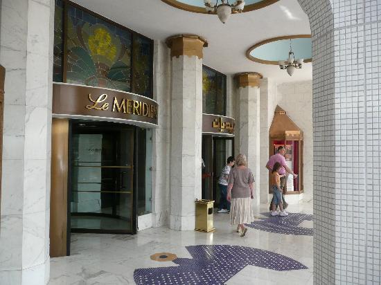Le Meridien Abu Dhabi: Front entrance